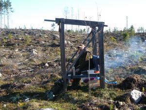 Elden brinner stillsamt och Olle Lindgren är beredd om det skulle dyka upp någon älg på passet i Gravsjön.