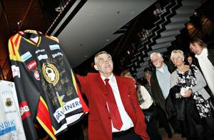Den signerade matchtröjan från Brynäs IF drog in 6 000 kronor av de 250 000 som lördagskvällens stödgala för hemlösa inbringade. Hans Ivarsson från Ria, som håller i tröjan, är chockad och omtumlad när han summerar kvällen.