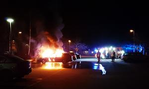 En bilbrand i Sätra för en tid sedan. Befolkningen i såväl Sätra som Andersberg drabbas hårt av kriminella som förstör privat egendom.