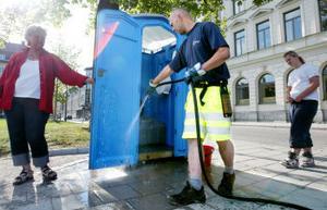 Ett riktigt skitjobb? Pelle Hedman spolar bort de rester toalettbesökarna lämnat efter sig. Monica och Johanna Stålberg ser till att bajamajorna städas ordentligt.