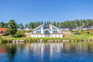 Påkostade villa som byggdes mellan 2016-2019 och präglas av en fantastisk rymd med ljusinsläpp genom stora fönsterpartier. Foto: Carina Heed.