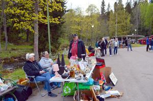 Titta först, handla sedan, menade Jan Sundqvist som här är i samspråk med Ann Reshagen och Maria Anderberg från Borlänge.