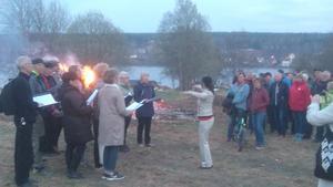 Vid majbrasan i Lit sjöngs våren in av Häggenåskören och Lits hembygdskör. Foto: Sture Persson