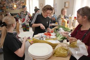 Lisa Säthil hjälper till att duka upp den lesbiska frukosten på Dalarnas studentkår.