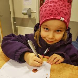 Lilly Nilsson, när hon hämtar ut tvåkronan på polisstationen i Sundsvall. Bild: Polisen