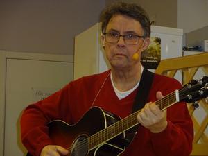 Lars Lundgren får fram mjuka och melodiska toner på  gitarren. Foto Christina Häggkvist