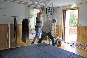 Lite bökigt är det att få plats med scenbygget under bygdegårdens låga tak – men med gemensamma krafter fixar det sig.