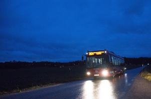 Buss 787 mot Överenhörna kyrka.