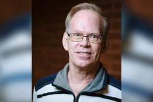 Per Claesson (V), pensionerad lärare, från Norrtälje, har avsagt sig sina uppdrag som ledamot i kommunfullmäktige. – Det är av hälsoskäl, säger han. Foto: Norrtälje Kommun