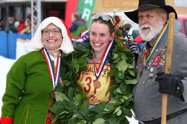 Minnesotas kranskulla och kransmas gratulerar Alice Flanders till sin guldmedalj.  Foto: Bruce Adelsman/skinnyski.com