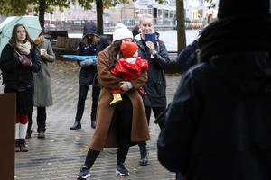 Tal och musik varvades under det lilla tältet på Våghustorget. Ett femtiotal personer kom för att manifestera metoo på tvåårsdagen av rörelsens stora genombrott.