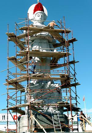 Bild: GUSTAV GRÄLL 6o ton väger den och 20 meter hög reser den sig den storslagna Buddha-statyn i Älvkarleby, den största i Europa. Datum 2005-07-29