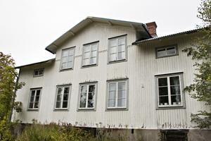 Tack vare ett relativt nybytt tak är det gamla huset i förhållandevis bra skick – trots att det stått obebott så länge.