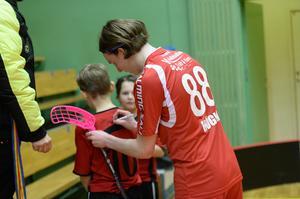 Måns Höglin har blivit en ikon bland barnen, och får här skriva autografer på flera tröjor.