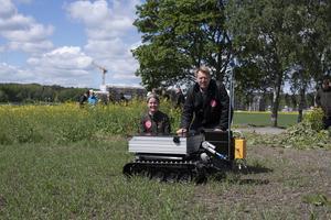 Matilda von Rosen och Ove Conradsson funderar hur denna lantbruksrobot fungerar ute i fält.