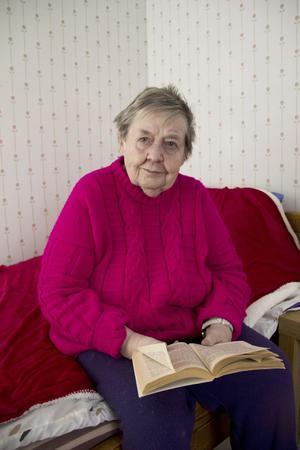 Läser. Birgit tycker om att läsa, gärna deckare. Ibland ser hon på skräckfilm med barnbarnet, filmerna skrämmer henne inte.