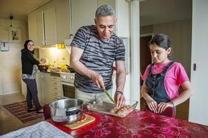 Abdulwahab använd matberedare för att blanda och omvandla bulgur till en deg.