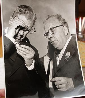 Assar Jansson, till höger,  var en betydelsefull man i Sala. Förutom ledamot i kommunfullmäktige, hembygdsforskare och författare såg han till att gruvbyn undersöktes grundligt och sockenkyrkans värdefulla målningar återställdes. När kung Gustaf VI Adolf (till vänster) besökte gruvbyn 1955 var Assar Jansson ciceron.