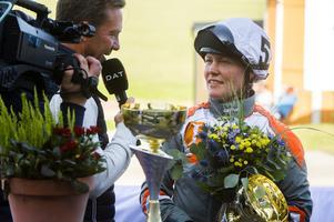 Donners Am och Jenni H Åsberg vann lopp 1 (V4-1) under Sundsvall Open Trot-lördagen på Bergsåkers travbana. Hästen tränas av Per Linderoth. Här intervjuas Jenni av Challe Berglund.