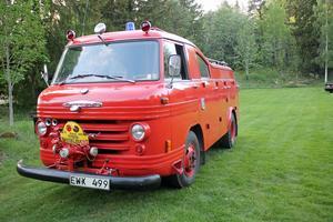 Brandbil modell äldre med eget garage på Åsavallen. En av bilarna som ställs ut på söndag.