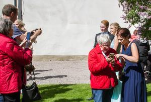 Ibland kan det vara svårt att fotografera och man behöver en hjälpande hand. Många passade på att fotografera studenterna som kostat på sig massor för att få gå på bal.