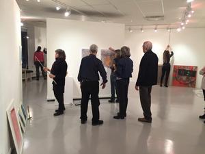 Konstnärsföreningens medlemmar hänger upp sin gemensamma utställning