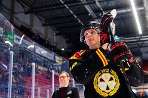 Mannberg tackar Brynäsklacken efter matchen. Bild: Simon Hastegård / Bildbyrån