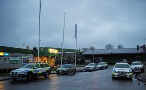 Flera polispatruller kallades till platsen. Foto: Niklas Hagman