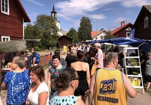 Marknadsgatan mellan kyrkan och Norsbron var fylld av besökare under större delen av dagen – tills det var dags för VM-fotboll.
