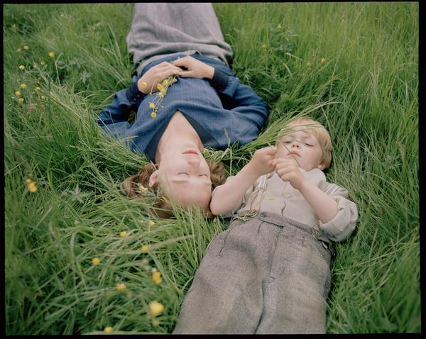 Astrid (Alba August) och hennes lille Lasse (Marius Damslev) i