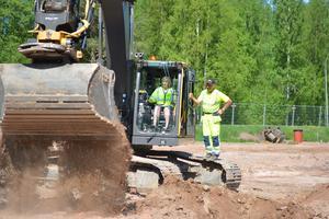 Kommunstyrelsens ordförande Anna Hed tar ett första spadtag för att offentliggöra byggnationen av Moras nya brandstation.