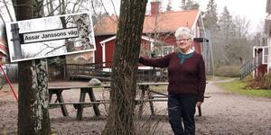 Kerstin Rodell framför lärarbostaden vid Åby skola. Infällda bilden: Pappa Assar fick postumt en väg uppkallad efter sig.