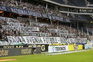 Supportrar  protesterar mot polisen i samband med fotbollsderbyt mellan AIK och Hammarby. Bild: Sören Andersson/TT