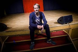 Jens W Nilsson har varit med i många av Teater Västernorrlands uppsättningar och även satt upp flera egna teaterföreställningar. När han tog över Mittrevyn förra året hade han medverkat i revyn under två år.