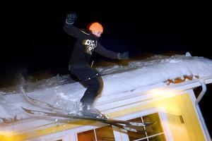 Jonathan Wermelin fick idén att åka skidor från taket när han såg att all snö från takskottningen bildat en stor hög. Bild från 2018.