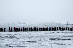 Ungefär 150 frivilliga kom till Älvvallen på nyårsaftonen, för att hjälpa till med att få upp fotbollstältet igen.