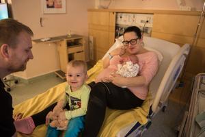 Mateuz med pappa Damian Edlund, besökte under förmiddagen lillasyster Ester och mamma Pernilla Åström.