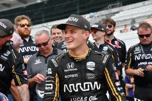 Marcus Ericsson firar med teamet efter segern i depåstoppsmästerskapet. Foto: Dana Garrett/Indycar