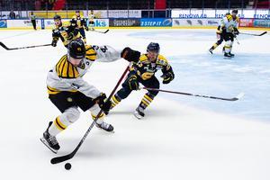 Brynäs Greg Scott och Södertäljes Bobbo Pettersson i förra veckans möte i Skoda Trophy. Bild: Bildbyrån