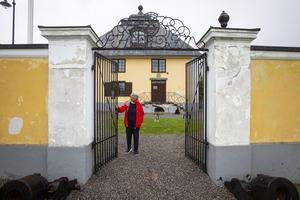 Pelarna som skapar entrén till innergården har tappat mycket puts.