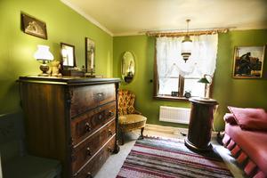 Inne i sovkammaren har det gamla pottskåpet fått ny användning som sängbord.