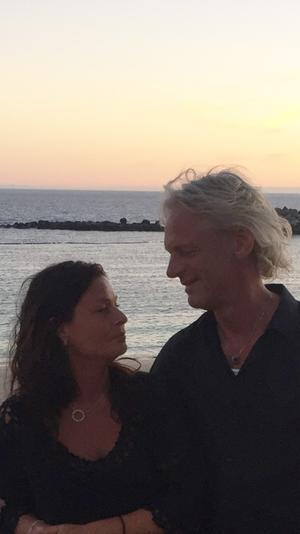 Maria och Thomas Lindberg är på plats på Gran Canaria. De har tryggt avstånd från branden nu, men hör mycket på nyheterna och från vänner.
