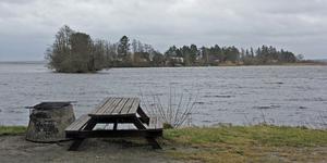Vattnen vid Jägaråsen och Skillingeudd är en livsviktig miljö och Köping måste tänka om när det gäller dumpning av muddermassor, anser insändarskribenterna