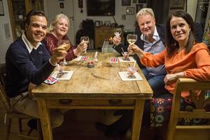 Nicholas Nikander,  Emma Rogers, Stefan Grönlund och Marie Lindblad under första middagen i Halv åtta hos mig. Foto: Pressbild