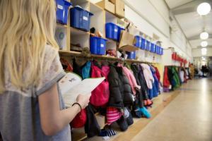 Barnens bästa ska väga tyngre än kommunens styrande princip om minst 175 barn per skola. Även tyngre än ekonomiska fördelar, skriver