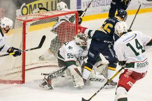 Olle Strandell framme vid målvakten Edvin Olofsson och hotar.