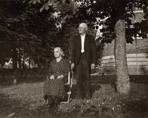 Hembygdsforskaren Åke Mossberg har forskat fram att det var lokputsare och frälsningssoldaten August Jansson med hustrun Albertina Jansson som bott längst i tornet, ända från 1920-talet. Här från tornparken. Ur Åke Mossbergs bildarkiv.