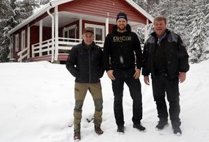 Kåtabyns ägare Jocke Smålänning, skoterklubbens ordförande Jimmie Byström och djurparkschefen Ulf Henriksson ser fram emot turistsatsningen och att få ta emot nya gäster till Junsele.