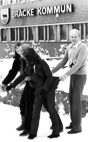 Efter en tillväxtperiod under 1960- och början på 1970-talet började pendeln svänga. Bräcke kommun var som störst 1970 med nästan 10 000 invånare. Tätorten hade 1975 drygt 2100 invånare. En artikel om hur kommunen skulle kunna hindra utflyttningen illustrerades med att dåvarande kommunalrådet Åke Edin höll fast några unga flickor framför kommunhuset.