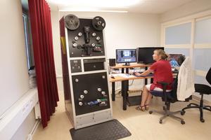 Den nya scannern klarar alla format på film. Maria Dolléus Varg kör en av scannrarna som digitaliserar filmen.